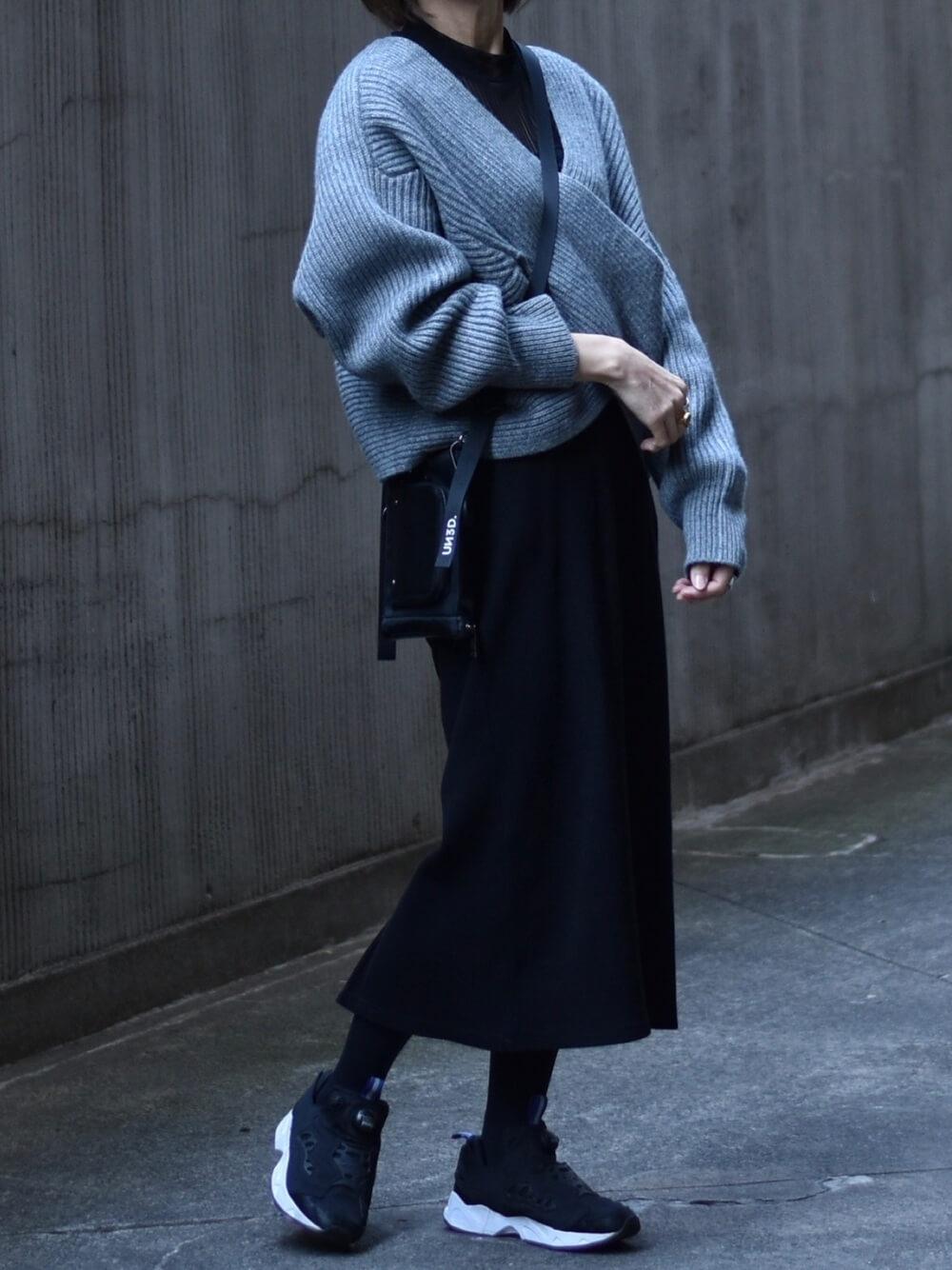 ポンプフューリー×グレーのクロスニットセーター×黒のシアカットソー×黒のタイトロングスカート