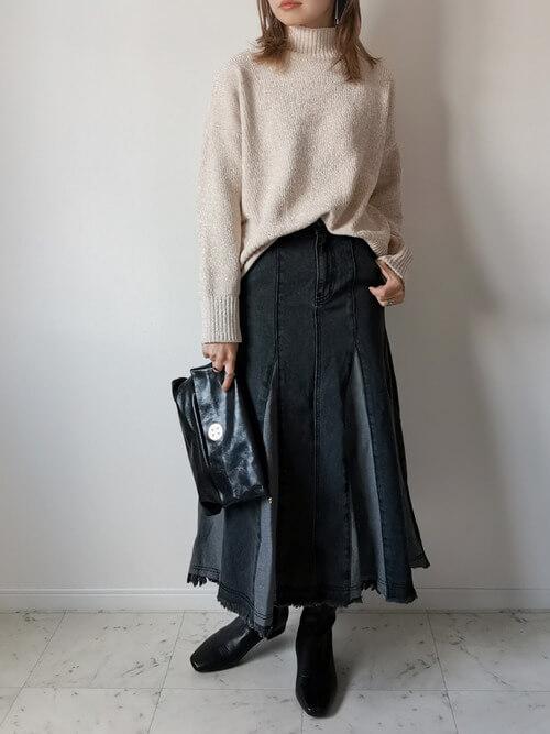 ブラックデニム×ベージュのタートルネックニット×黒のブーツ×黒のショルダーバッグ