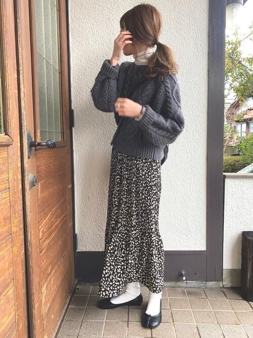 白の靴下×黒の足袋パンプス×レオパード柄のロングスカート×ケーブルニット