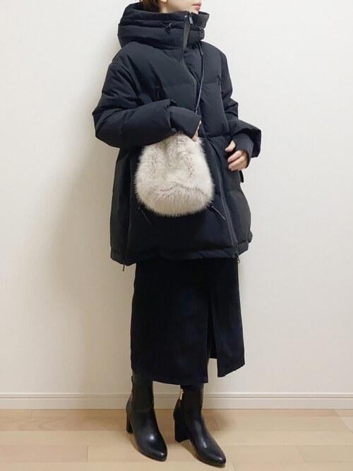 ブラックデニム×黒のダウンジャケット×白のファーバッグ
