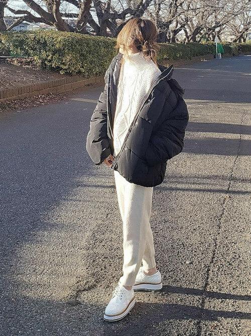 タートルニット×ダウンジャケット×GUのジョガーパンツの冬コーデ