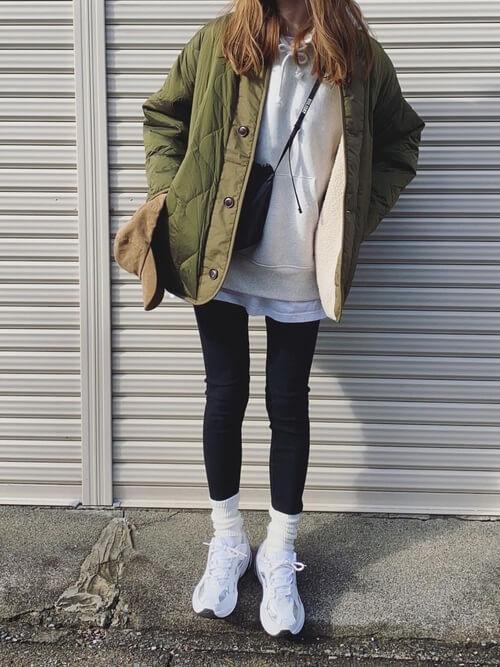 白の靴下×白のスニーカー×黒のレギンス×カーキのキルティグジャケット