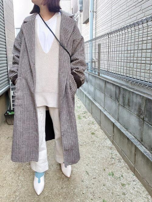 ブルーの靴下×白のパンプス×白デニム×ベージュのニットベスト×チェックのチェスターコート