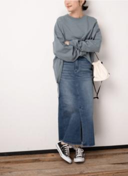 Tシャツ×スカート×スニーカー
