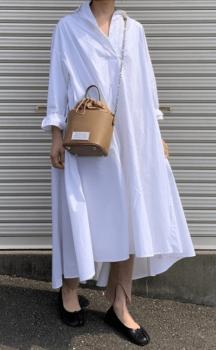 白のロングワンピース×ベージュのスリットパンツ×黒のバレエシューズ×ショルダーバッグ