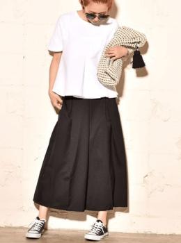 ガウチョパンツ×白のTシャツ×黒のスニーカー