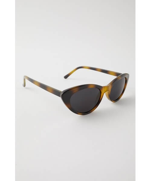 丸顔に似合うサングラスの選び方2:フォックス