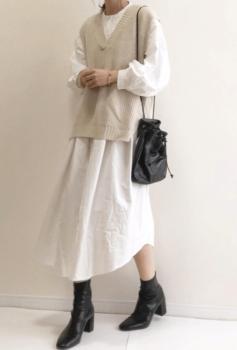 白のロングワンピース×ベージュのニット×黒のブーツ
