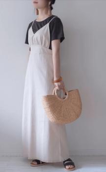 白のロングワンピース×黒のTシャツ×サンダル×かごバッグ