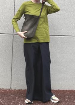 グレーのロング・マキシ丈スカート×グリーンのロンT×白のスニーカー