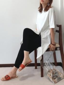 黒のジョーガーパンツ×白のTシャツワンピース×オレンジ系サンダル×クリアバッグ