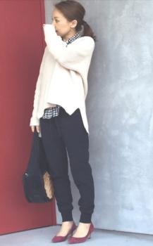 黒のジョーガーパンツ×白のニット×ギンガムチェックシャツ×ワインレッドのパンプス