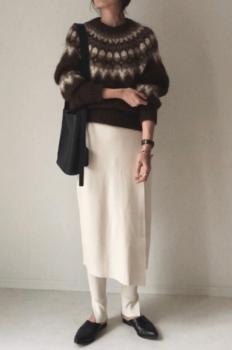 モヘアニット×白のタイトスカート×白のスリットパンツ×黒のパンプス