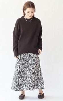 花柄のロングワンピース×黒のニットセーター×ローファー