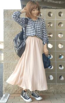 ギンガムチェックシャツ×ピンクのロングスカート×黒のスニーカー