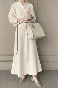 白のロングワンピース×ウエストベルト×グレーのパンプス×白のバッグ