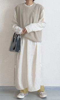 白のロングワンピース×ベージュのベスト×イエローサテンパンツ×クリアバッグ