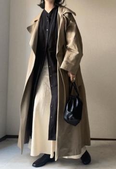 黒のロングワンピース×トレンチコート×マーメイドスカート×黒のブーツ