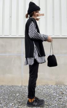 ギンガムチェックシャツ×黒のニットベスト×黒のスキニーパンツ×マスタードのソックス
