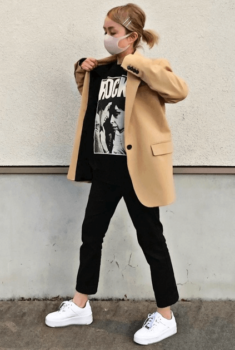 黒のジョーガーパンツ×キャメルのテーラードジャケット×黒のロゴトレーナー×白のスニーカー