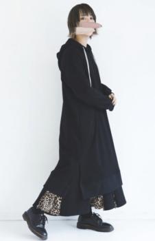 黒のロングワンピース×レオパード柄のスカート×黒のブーツ