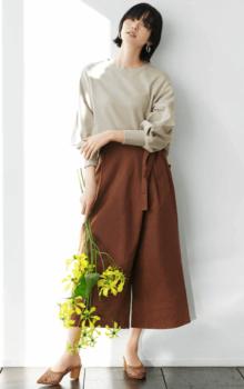 ガウチョパンツ×ベージュのボリューム袖×茶系のパンプス