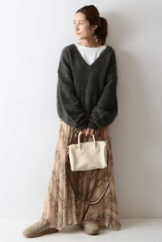 モヘアニット×白のカットソー×ベージュの総柄ロングスカート