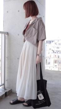 ギンガムチェックシャツ×ブラウンのインナー×白のプリーツスカート×黒のサンダル