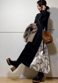 黒のロングワンピース×黒のブーツ×ファーのバッグ