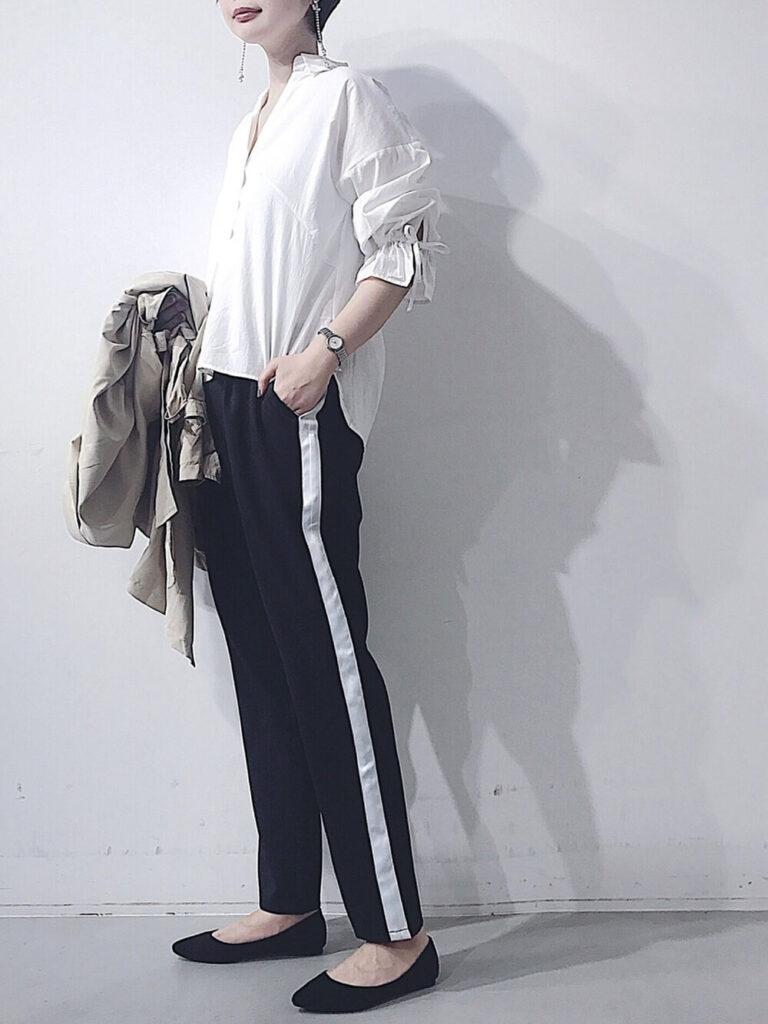 リボン袖ブラウス×パンプス×トラックパンツのレディースコーデ(春夏編)