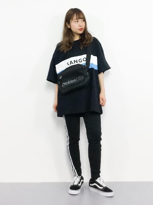 黒のTシャツ×スニーカー×トラックパンツのレディースコーデ(春夏編)