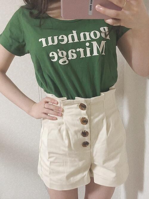 白のショートパンツ×グリーンのTシャツ