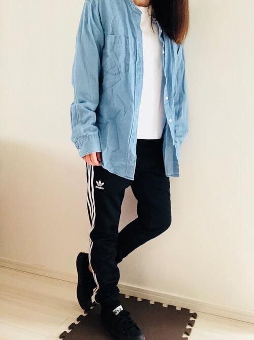 デニムシャツ×Tシャツ×トラックパンツのレディースコーデ(春夏編)