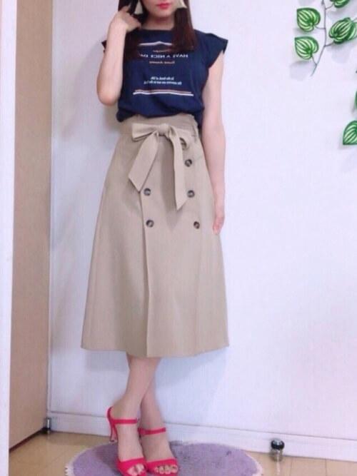 トレンチスカート×ネイビーのTシャツ×ピンクのヒール