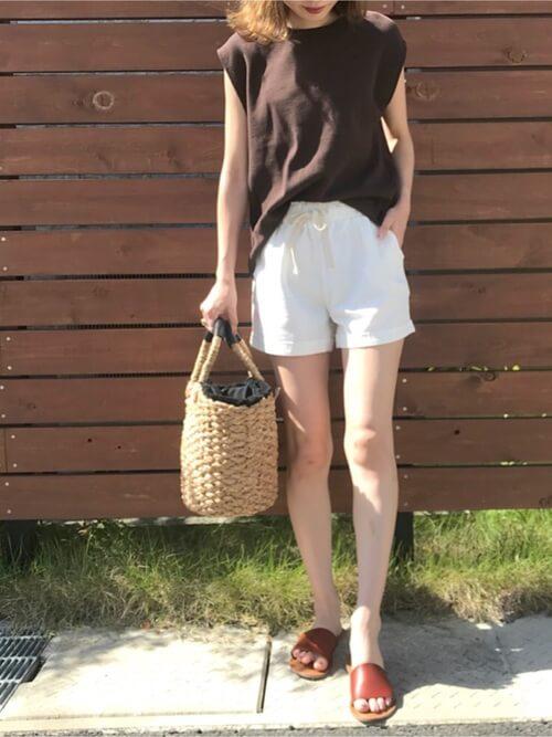白のショートパンツ×ブラウンのフレンチスリーブ×ブラウンのサンダル×かごバッグ