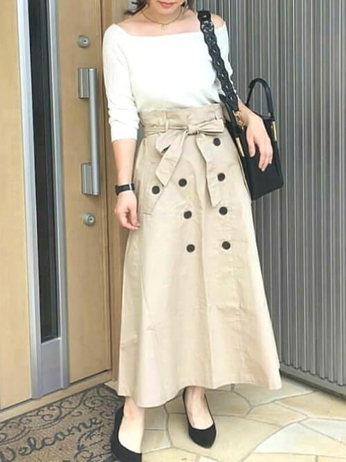 トレンチスカート×白のオフショルダーニット×黒のパンプス×黒のバッグ