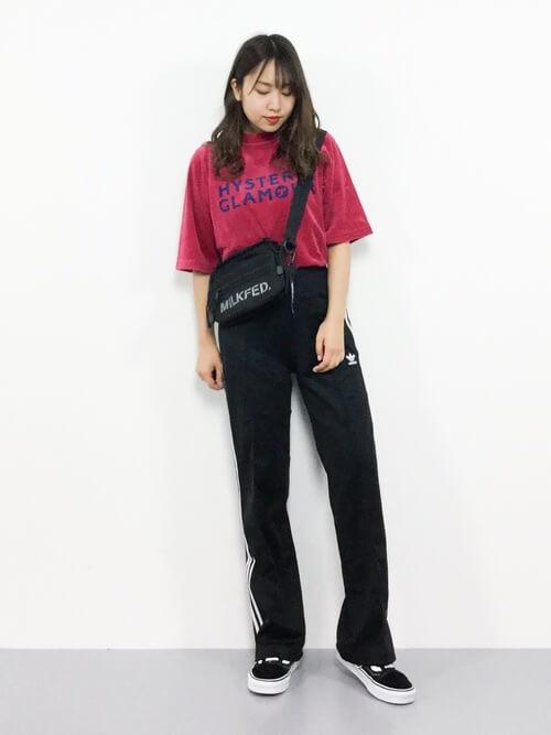 赤のTシャツ×スニーカー×トラックパンツのレディースコーデ(春夏編)