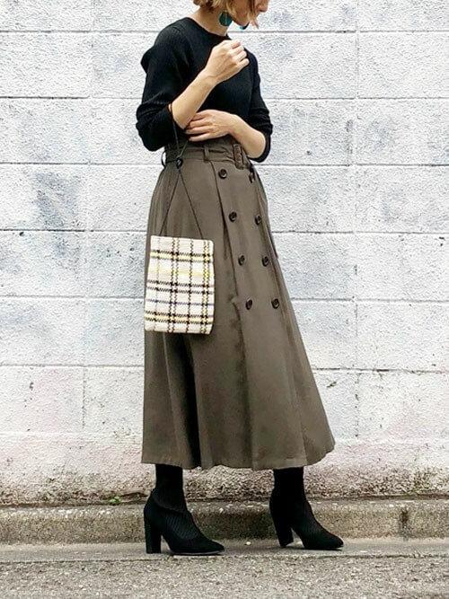 トレンチスカート×黒のリブニット×黒のブーツ