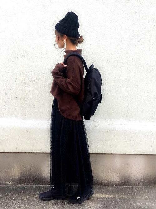 マザーズバッグ×ハイネックニット×ロングスカート×スニーカーニット帽