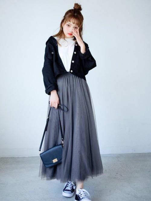 グレーのチュールスカート×黒のミリタリージャケット×白のTシャツ×黒のスニーカー