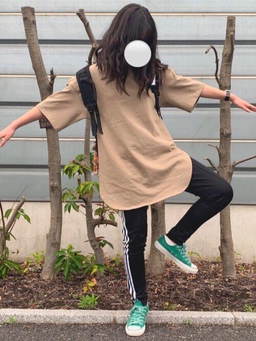 ロング丈Tシャツ×緑のスニーカー×トラックパンツのレディースコーデ(春夏編)