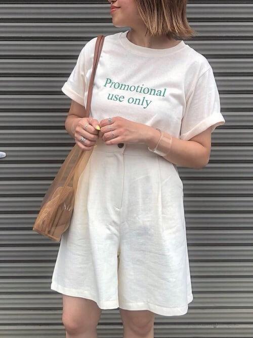 白のショートパンツ×白のロゴTシャツ×クリアバッグ