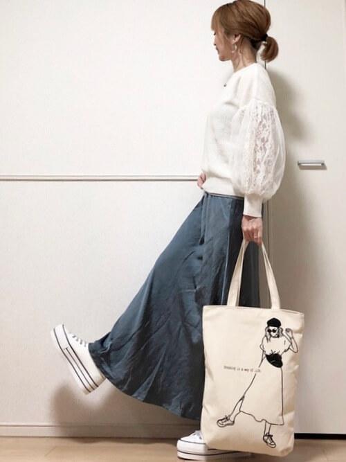 白のレース袖ニット×青のサテンスカート×厚底スニーカー