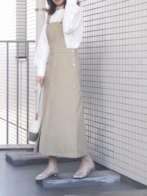 ジャンパースカート×白のブラウス×バイソン柄のパンプス