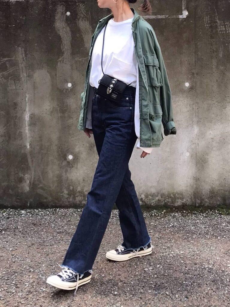 ミリタリージャケット×Tシャツ×デニムパンツ×スニーカー