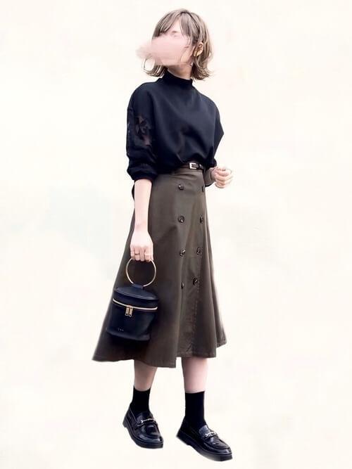 トレンチスカート×黒のレース袖のカットソー×黒のローファー