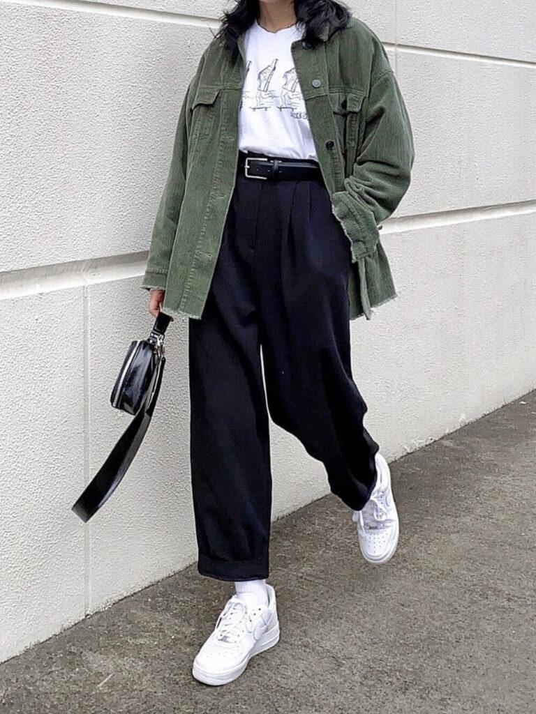 ミリタリージャケット×Tシャツ×テーパードパンツ×スニーカー