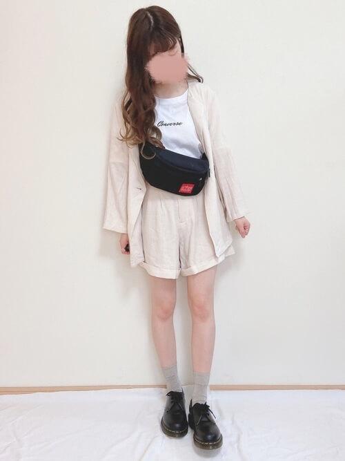 白のショートパンツ×白のサマージャケット×白のロゴTシャツ×黒ブーツ×ウエストポーチ