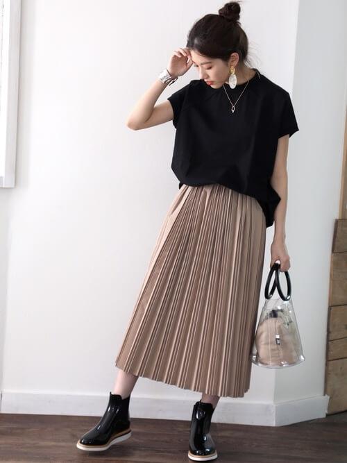 黒のカットソー×プリーツスカート×レインブーツのレディースコーデ