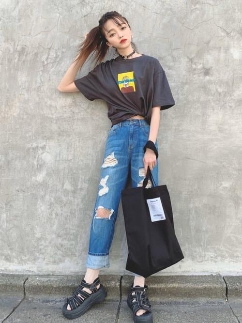 Tシャツ×サンダル×ダメージデニムのレディースコーデ